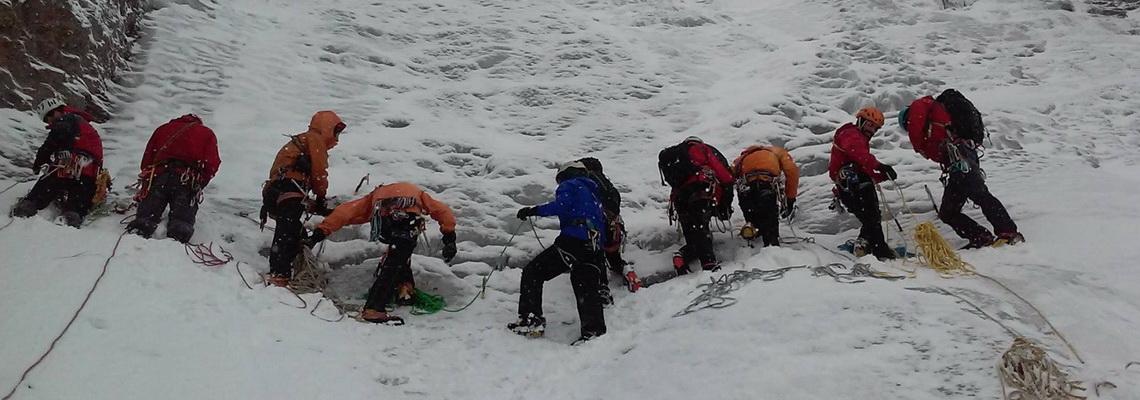 Allievi e istruttori alla base di una cascata di ghiaccio